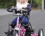 تصویر باور نکردنی از دوچرخه سواری کودک مبتلا به فلج مغزی + تصاویر