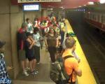 سقوط وحشتناک زن و پسرش روی ریل مترو+تصاویر