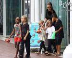 آنجلینا جولی و بچه هایش در تفریح +عکس