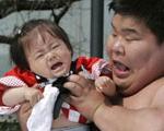 فستیوال گریه نوزادان برای دور شدن ارواح خبیث!