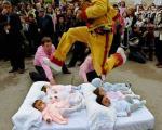 """مراسم """"پرش روی نوزدان""""در اسپانیا! +عکس"""