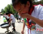 این مدرسه چینی شاگردان خود را غرق میکند + تصاویر