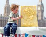 عکس/ ساخت پنیر با تصویر ملکه بریتانیا به مناسبت سالگرد سلطنت ملکه