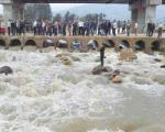 سیلاب، پیکان را با سرنشینانش برد + عکس