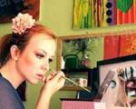 هنرمندی خانم آرایشگر در نقاشی کردن دور چشمها +تصاویر