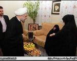 دیدار روحانی با جانباز قطعنخاعی و خانواده 3 شهید (+عکس)