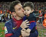 عکس روز: جشن تولد یک سالگی تیاگو مسی در آغوش پدر ومادرش