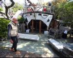 مردی که ۲۰ سال در قایق برعکس زندگی می کند