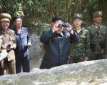 عکس: «اون» در حال تماشای مانور نظامی