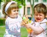 برخورد مناسب با مشت و لگد زدن کودکان نوپا