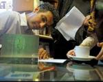 عادل فردوسیپور در خیابان کریمخان و امضای کتابش برای مردم+تصاویر
