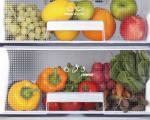 یک یخچال پر از میوه های تازه
