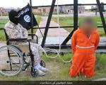 اعدام فرد متهم به جاسوسی توسط جلاد ویلچری داعش + تصویر