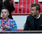 دیوید بکام و پسرش در حال تماشای فوتبال در المپیک 2012 لندن