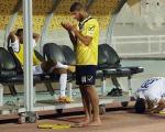نماز خواندن دو فوتبالیست در کنار زمین/عکس