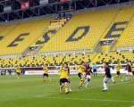 ورزشگاه پر از تماشاگر و ۳۲ هزار صندلی خالی! / عکس