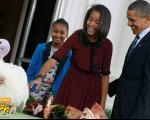 اوباما و دخترانش در حال خرید بوقلمون!!/ عکس