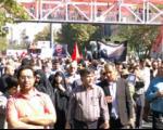 انتشار بروشور علیه ظریف در مراسم تشییع سردار همدانی