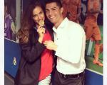 مدال رونالدو بر گردن همسرش/عکس
