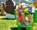 یک ربات پر از لوبیای ژله ای در جلو محل کار گوگل