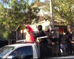 تصویر: گرداندن مجرم با لباس زنانه در مریوان!