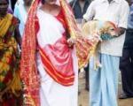 (تصویر) ازدواج دختر جوان با سگ ولگرد!
