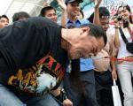 یک چینی با بینی خود رکورد زد! + عکس