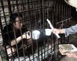 نگهداری مرد بیمار در قفس... +عکس