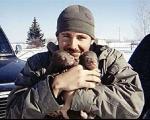 دوستی مثال زدنی با خرس غول پیکر! +عکس