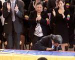 لس انجلس تایمز: احمدی نژاد بر صلیب مسیح بوسه زد!/ شوخی این روزنامه: بالاخره چاوز مسلمان شد یا احمدی نژاد کاتولیک؟!