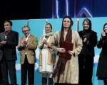 بازیگر تقدیرشده جشنواره فیلم فجر در کنار پرایدی که جایزه گرفت/ عکس