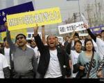 درگیری خانواده سرنشینان هواپیمای مفقود شده با پلیس در مقابل سفارت مالزی در پکن