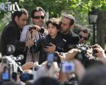 فریبرز عربنیا و فرزندش در مراسم تشییع پیکر عسل بدیعی+تصاویر