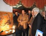 عکس عارف در نمایشگاه نقش برجسته سفال