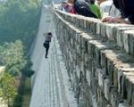 زن عنكبوتی از دیوار ۲۱ متری بالا رفت