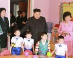 عکس: کیم جونگ اون در میان کودکان یتیم