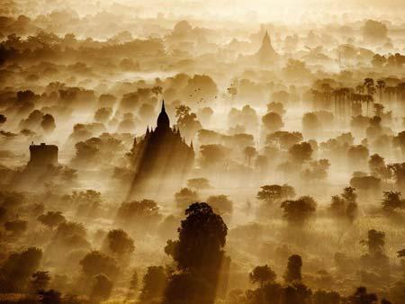 عکسی از یک شهر تاریخی در میانمار که از روی بالن گرفته شده است