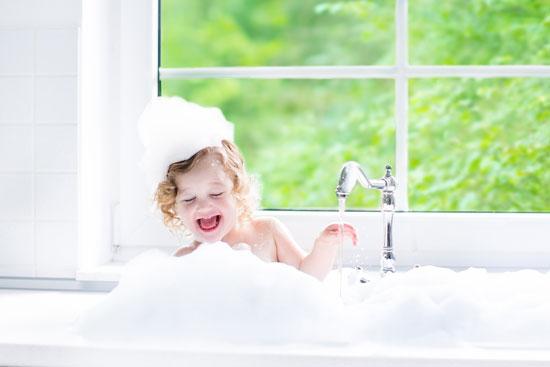 پسرم را خودم حمام کنم؟/ بچهها از چه وقت متوجه تفاوتهای جنسیتی میشوند؟