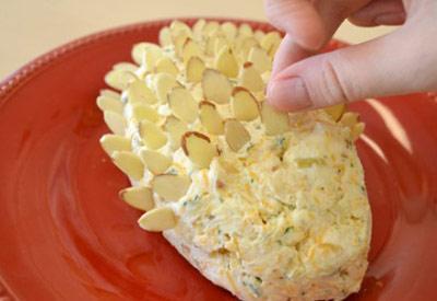 طرز تهیه توپ های پنیری و بادام,تزیین توپ های پنیری به شکل میوه کاج