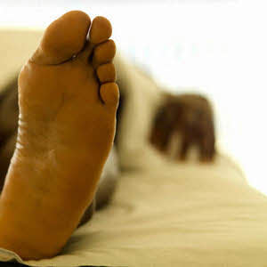 راه رفتن روی پاشنه پا سبب اصلاح ناهنجاری صافی كف پا میشود