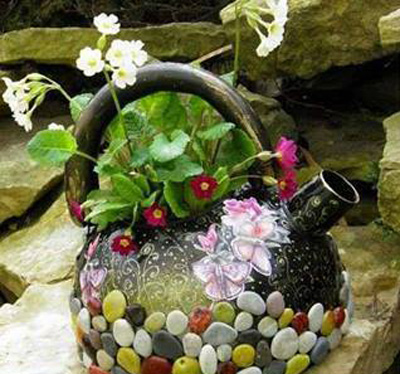 ایده هایی برای کتری های قدیمی,تزیین کتری های قدیمی با سنگ و گل