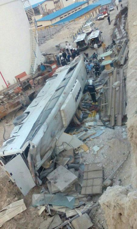 تصویری از اتوبوس سقوط کرده در عسلویه