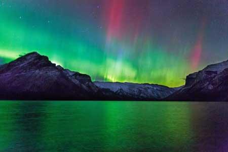 شفق قطبی بر فراز کوههای راکی