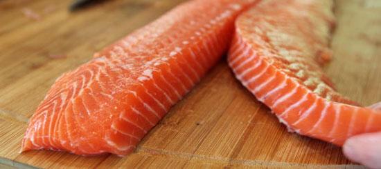 طرز تهیه ماهی سالمون سرخ شده با تره فرنگی