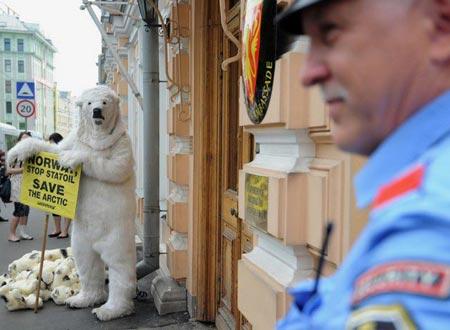 اجتماع طرفداران محیط زیست در مقابل دفتر شرکت نفتی استات اویل در مسکو در اعتراض به اکتشافات نفتی این شرکت در قطب