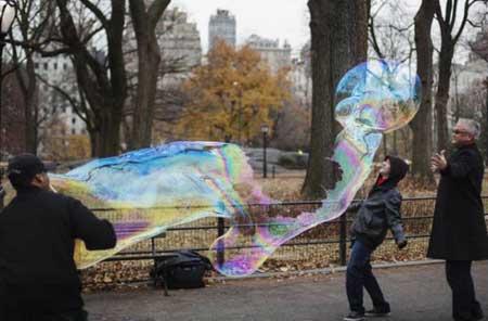 هنرنمایی با حباب در یک پارک- نیویورک، آمریکا