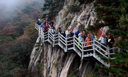 بازدید توریست ها از کوه هوآنگ شان در چین