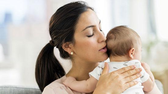 هر وقت گریه کنم، مامانم منو بغل میکنه!