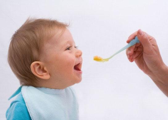 نحوه شروع و ادامه غذای كمكی در نوزادان