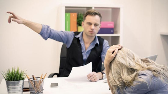 با همکار قلدر چگونه باید رفتار کرد